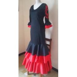 Robe noire et rouge à broderies